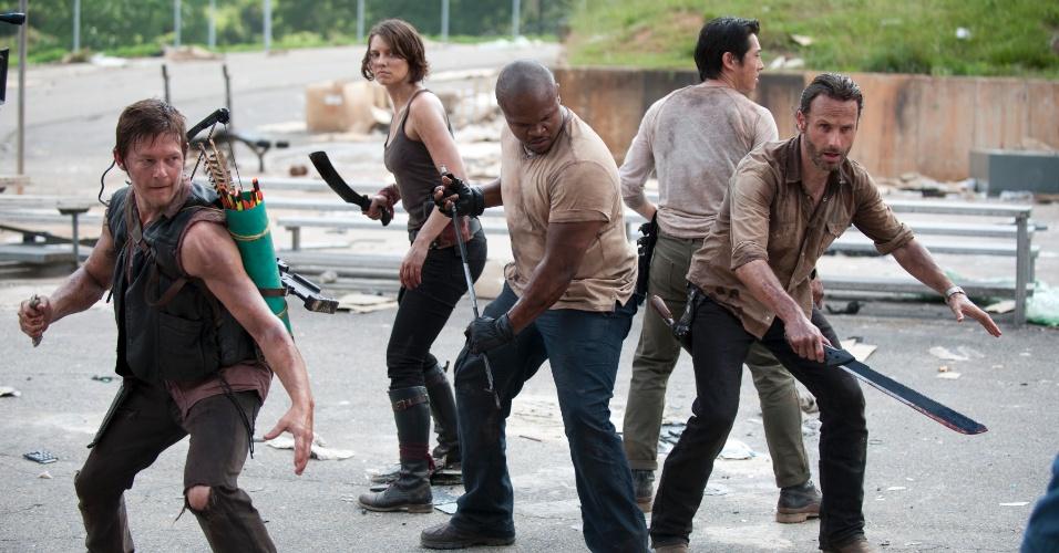 """O grupo de sobreviventes de """"The Walking Dead"""" é cercado por zumbis em cena de """"Seed"""", primeiro episódio da terceira temporada da série, que estreia dia 16 de outubro, às 22h15, na Fox"""