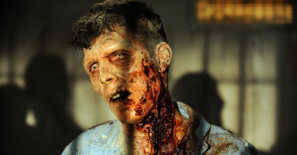 """Zumbi detento aparece em cena de """"Seed"""", primeiro episódio da terceira temporada de """"The Walking Dead"""", que estreia no dia 16 de outubro, às 22h15, na Fox"""