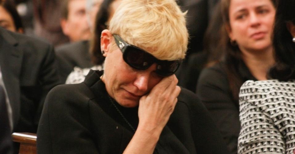 A apresentadora Xuxa chora durante a missa de sétimo dia de Hebe Camargo na igreja Nossa Senhora do Brasil, em São Paulo (5/10/12)