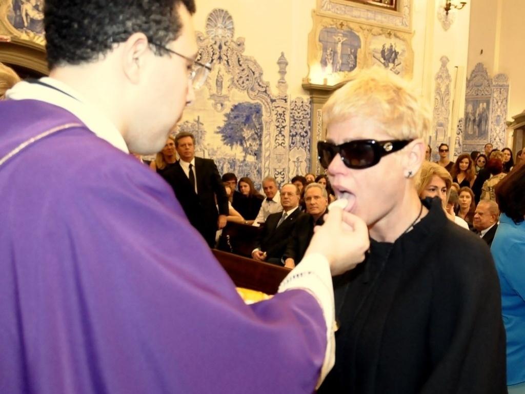 A apresentadora Xuxa comunga durante a missa de sétimo dia de Hebe Camargo na igreja Nossa Senhora do Brasil, em São Paulo (5/10/12)
