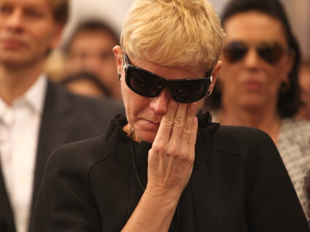 A apresentadora Xuxa se emociona durante a missa de stimo dia de Hebe Camargo na igreja Nossa Senhora do Brasil, em So Paulo (5/10/12)