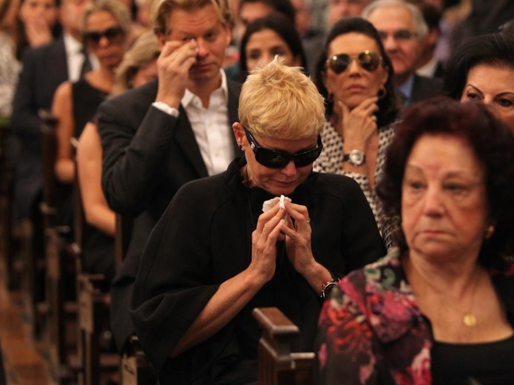 A apresentadora Xuxa se emociona durante a missa de sétimo dia de Hebe Camargo na igreja Nossa Senhora do Brasil, em São Paulo (5/10/12)
