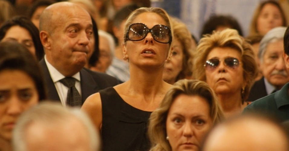 Adriane Galisteu se emociona durante a missa de stimo dia de Hebe Camargo ao lado da famlia da apresentadora, na igreja Nossa Senhora do Brasil, em So Paulo (5/10/12)