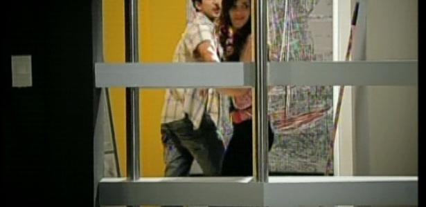 Dóris e seu ex-namorado vão ao escritório para dar uns amassos