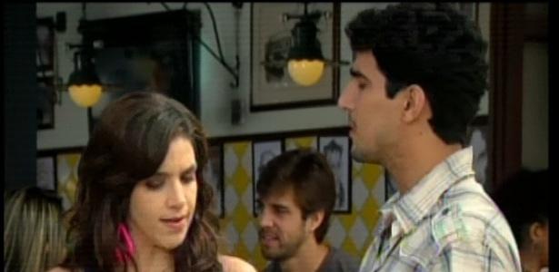 Dóris encontra o ex-namorado na rua e ele a convida para ficar com ele em um escritório que está sendo montado