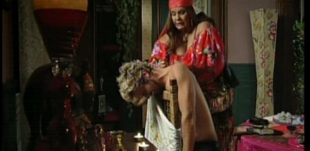 Madame Zenaide faz a tatuagem de uma águia nas costas de Norberto