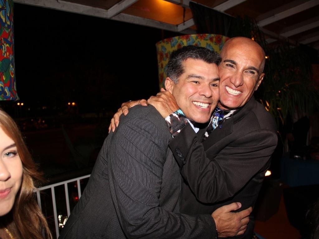 Maurício Mattar e Luiz Guilherme na festa do clube Monte Líbano, no Rio de Janeiro, para assistir ao primeiro capítulo da novela da Record