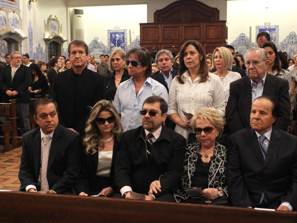 O cantor Roberto Carlos assiste a missa de sétimo dia de Hebe Camargo ao lado da família da apresentadora, na igreja Nossa Senhora do Brasil, em São Paulo (5/10/12)