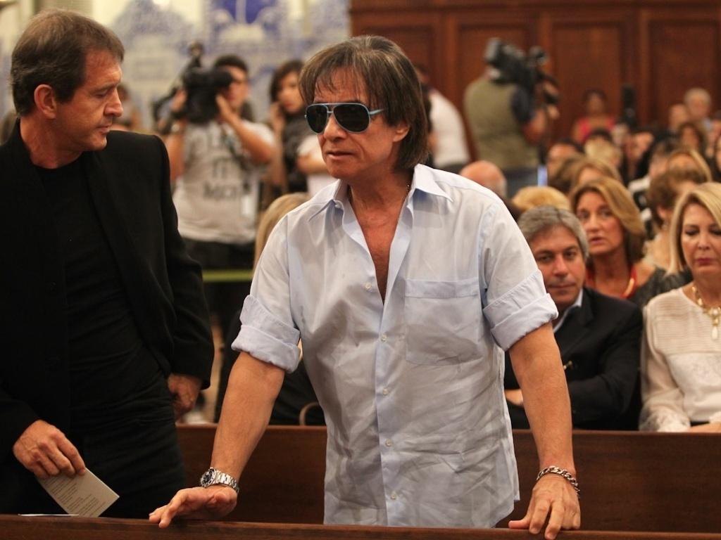 O cantor Roberto Carlos assiste a missa de sétimo dia de Hebe Camargo na igreja Nossa Senhora do Brasil, em São Paulo (5/10/12)