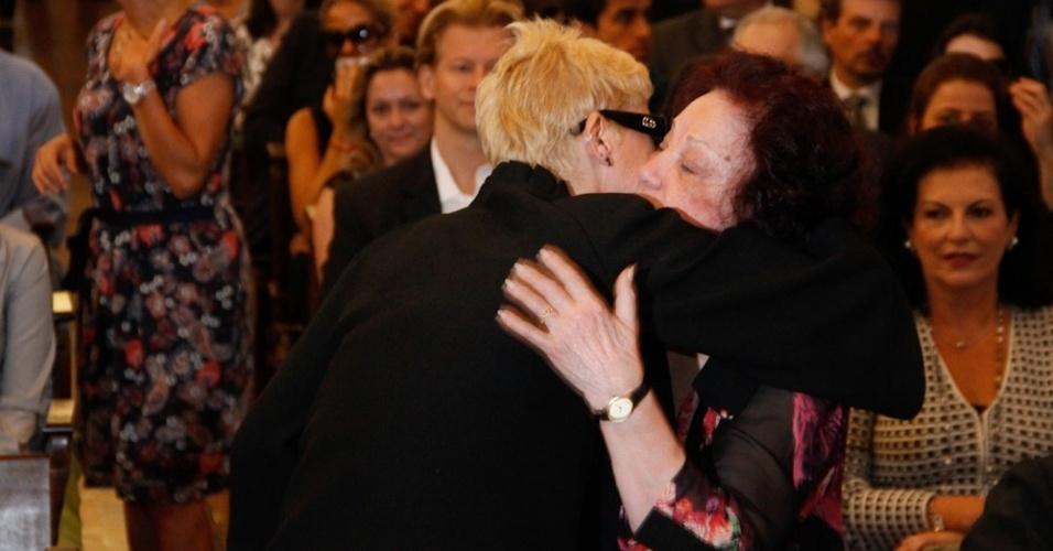 Xuxa abraça a atriz Lolita Rodrigues na igreja Nossa Senhora do Brasil, em São Paulo, antes do início da missa de sétimo dia de Hebe Camargo (5/10/12). A apresentadora voltou a usar os cabelos loiros, após seis semanas com os cabelos escuro