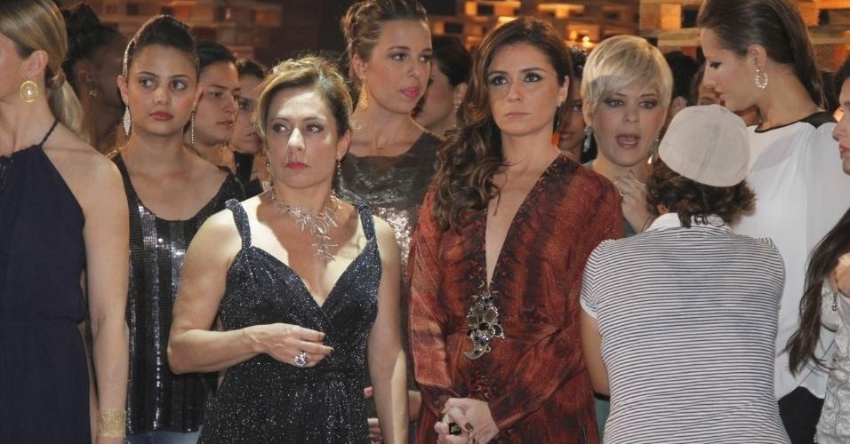 """Cissa Guimarães (loira, vestido preto) ao lado de Giovanna Antonelli (roupa vermelha) durante gravações de """"Salve Jorge"""" (9/10/12)"""