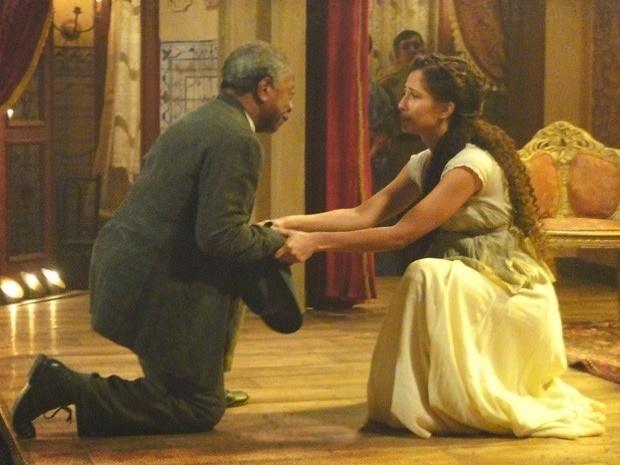 """Em """"Lado a Lado"""", ajoelhado, Afonso pede perdão para Isabel (11/10/12)"""