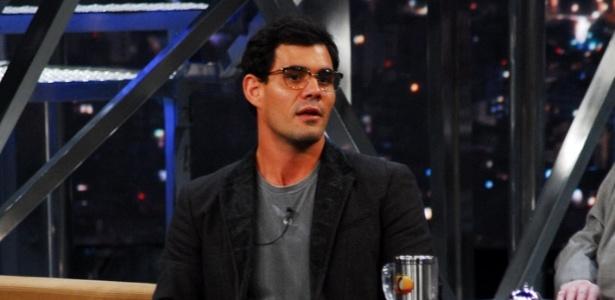 O ator Juliano Cazarré fala sobre seu personagem Adauto da novela