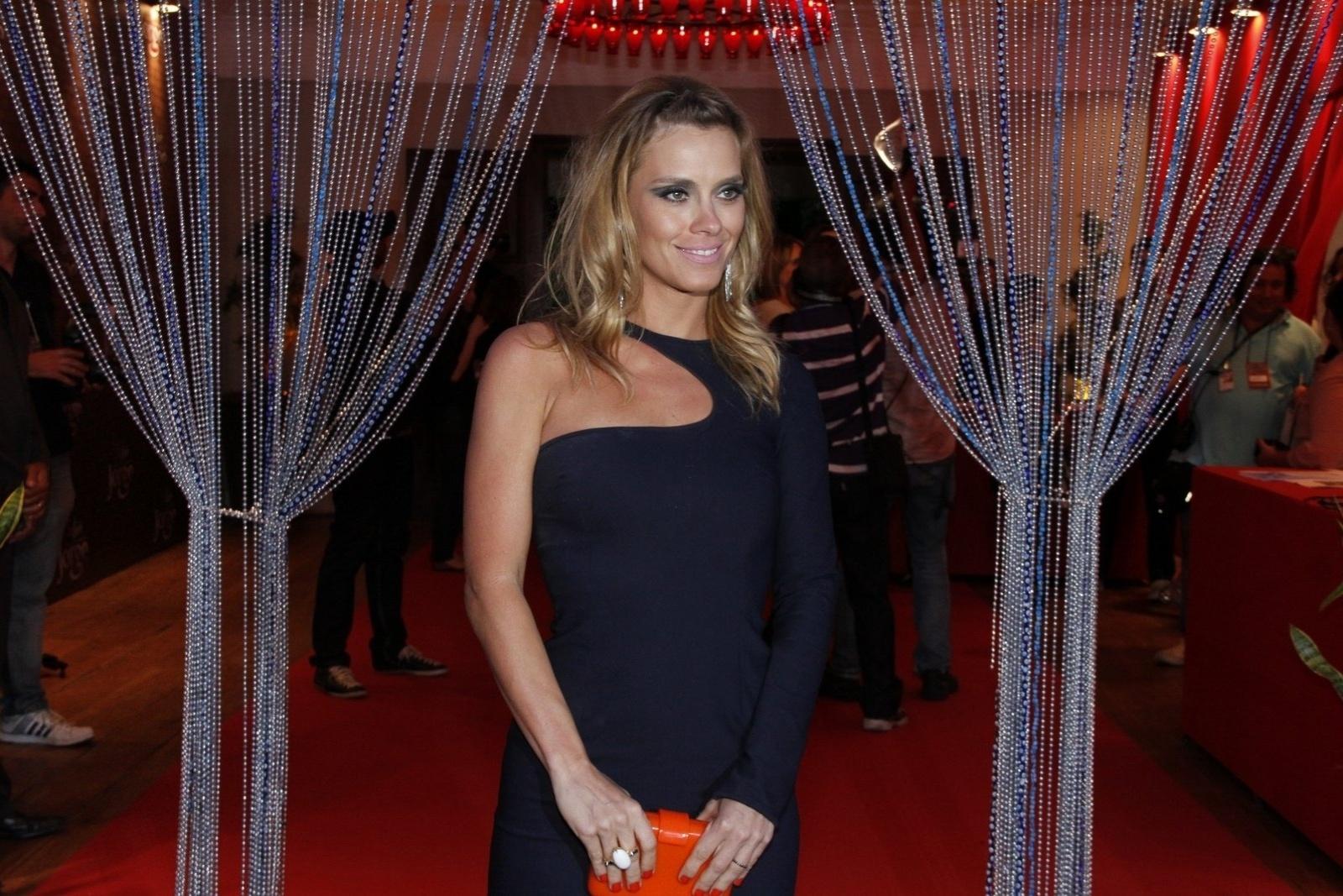 Carolina Dieckmann participa de festa de estreia da novela
