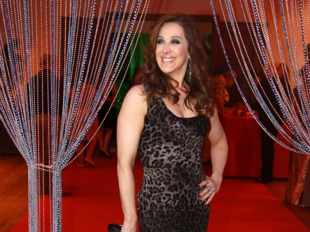 Claudia Raia participa de festa de estreia da novela
