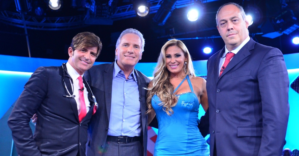 Dr. Rey, Roberto Justus, Ângela Bismarchi e Bernardo Froes posam para fotos no programa