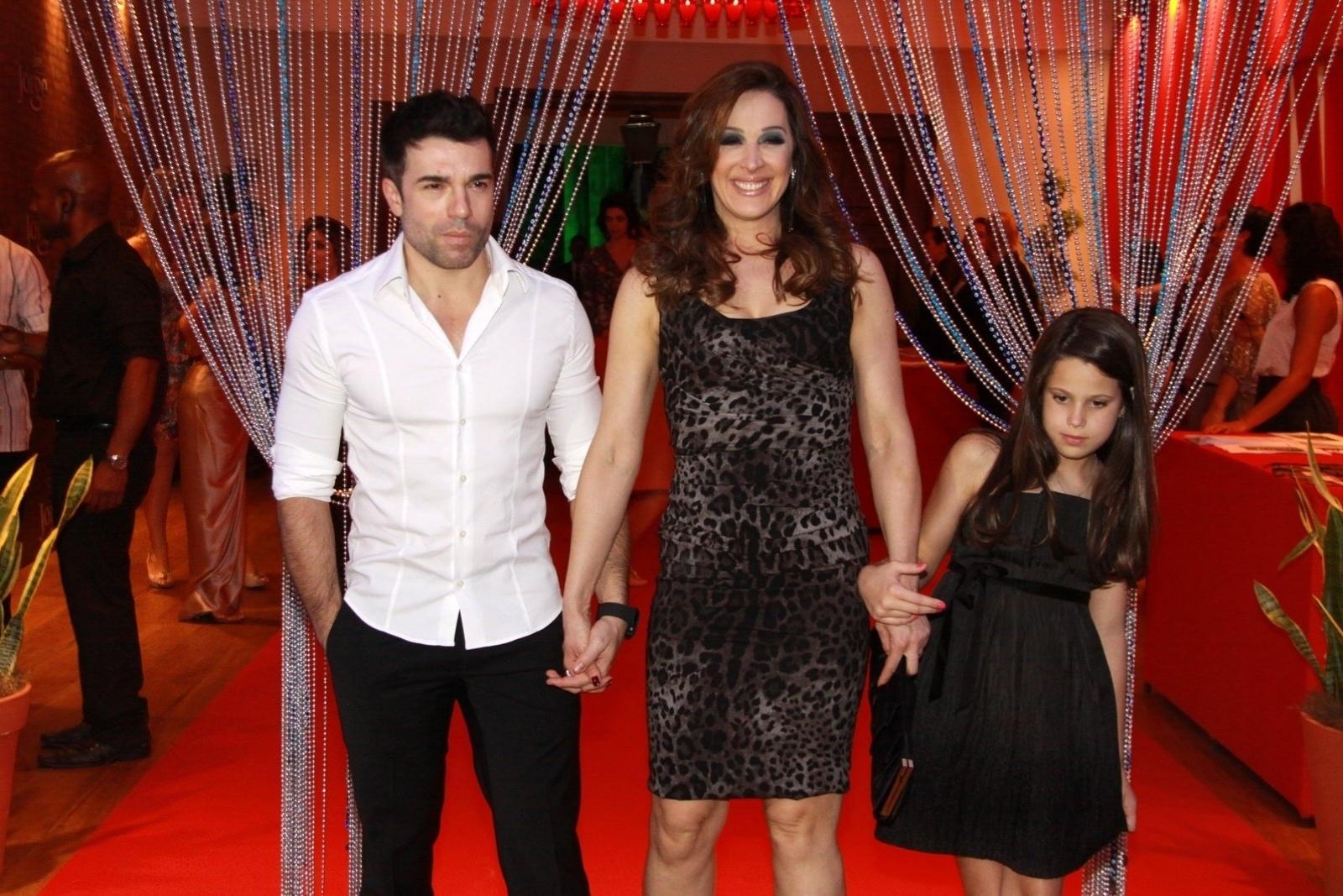 Jarbas Homem de Mello, Claudia Raia e sua filha Sophia participam de festa de estreia da novela