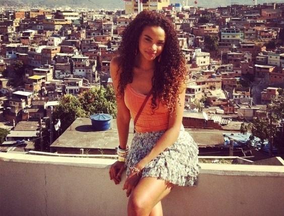 """Lucy Ramos publica fotos de gravação de """"Salve Jorge"""" no Complexo do Alemão, no Rio de Janeiro (10/10/12)"""