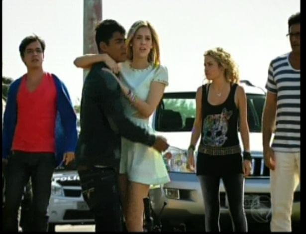 Alice chega e abraça Pedro