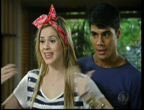 Alice fala para Diego ir até a piscina