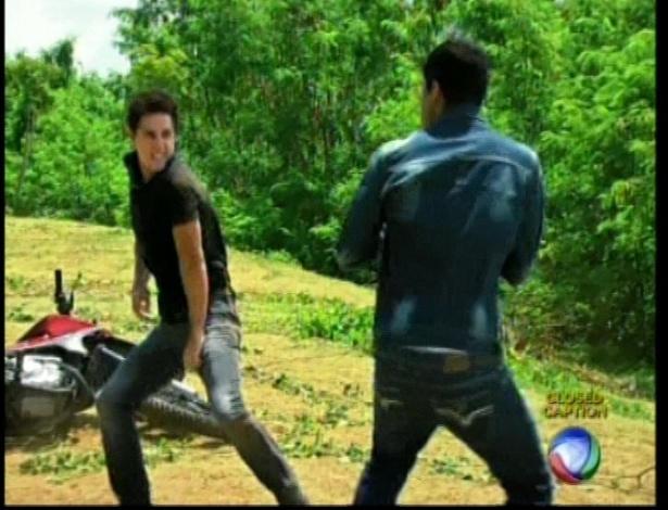 Pedro consegue se levantar e os dois brigam