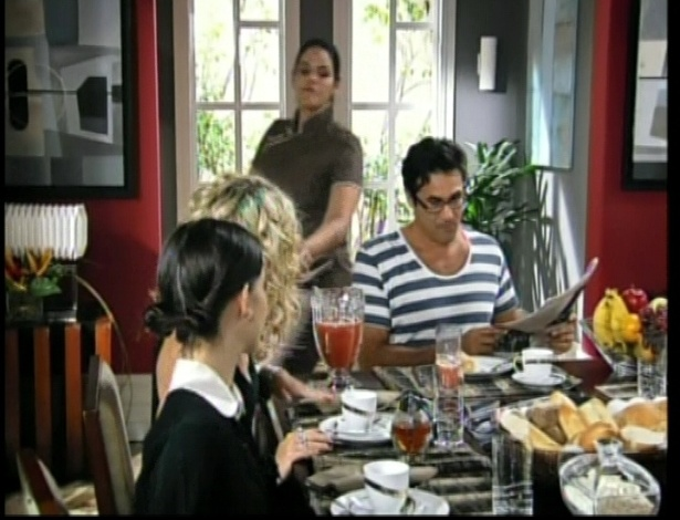 Roberta toma café na casa de Alice com o pai da garota
