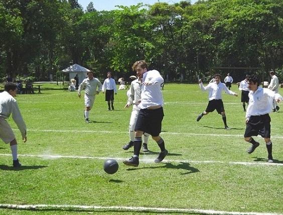 """Em """"Lado a Lado"""", Edgar faz gol no jogo de futebol e deixa Fernando irado (13/10/12)"""