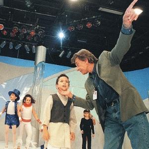 """Wilton Franco dirige criança durante gravação do programa """"Pequenos Brilhantes"""", do SBT"""