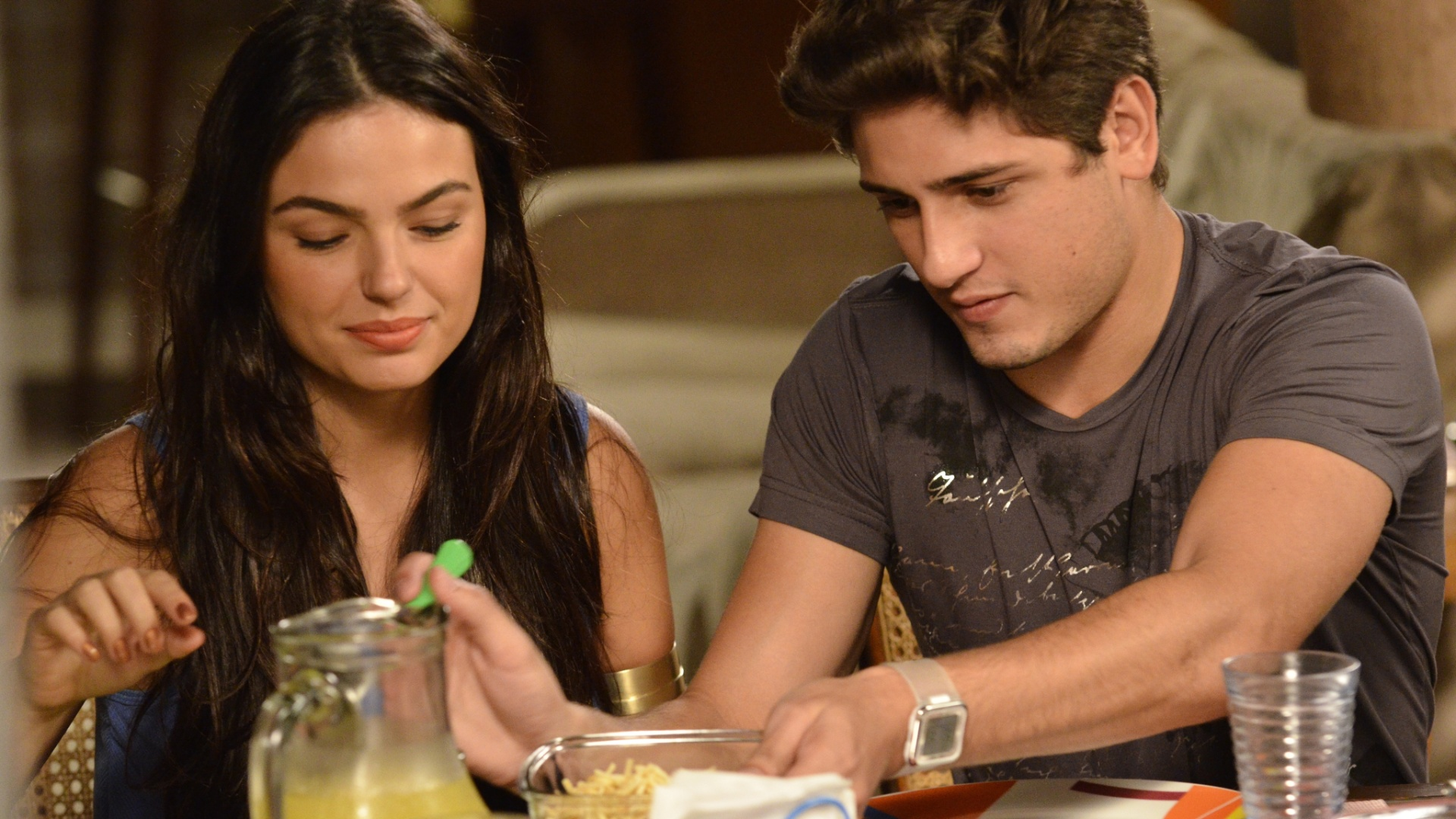 Suelen (Isis Valverde) e Roni (Daniel Rocha)
