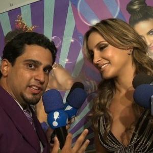 """Thiago de Angelis, o repórter Linguarudo, entrevista Claudia Leitte para o programa """"TV Fama"""" (02/2011)"""