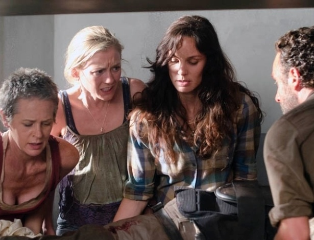 """Carol (Melissa McBride), Beth (Emily Kinney), Lori (Sarah Wayne Callies) e Rick (Andrew Lincoln) socorrem Hershel (Scott Wilson) em cena do segundo episódio da terceira temporada de """"The Walking Dead"""". Intitulado """"Sick"""", o capítulo mostrará o grupo de sobreviventes lidando com a possível morte de um de seus membros e uma nova ameaça na prisão. No Brasil, vai ao ar pela Fox na terça-feria (23), às 22h30"""