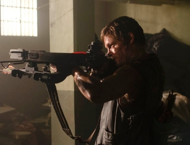 """Daryl (Norman Reedus) aponta sua arma em cena do segundo episódio da terceira temporada de """"The Walking Dead"""". Intitulado """"Sick"""", o capítulo mostrará o grupo de sobreviventes lidando com a possível morte de um de seus  membros e uma nova ameaça na prisão. No Brasil, vai ao ar pela Fox na terça-feria (23), às 22h30"""
