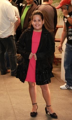 A atriz mirim Ana Karolina, a pequena Ágata da novela, posa na entrada da churrascaria (19/10/12)