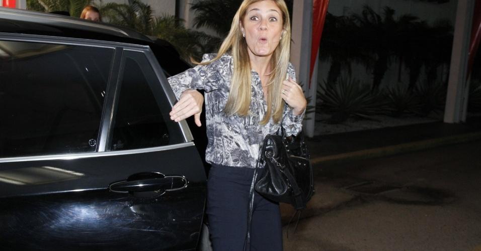 """A intérprete de Carminha em """"Avenida Brasil"""", Adriana Esteves, acena na entrada do encontro com o elenco da novela (19/10/12)"""