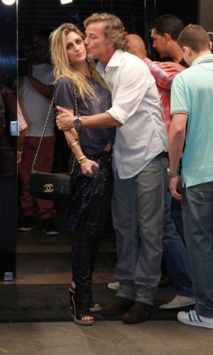 """Amora Mautner, diretora da novela, recebe um beijo de Marcello Novaes na entrada do encontro para o último capítulo de """"Avenida Brasil"""" (19/10/12)"""