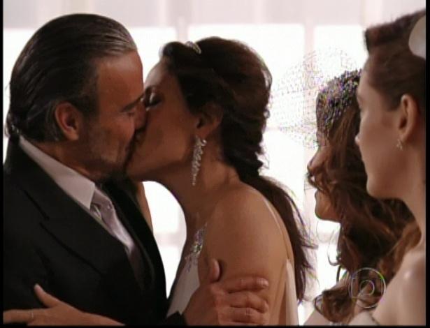 Cadinho beija Alexia no dia de seu casamento (19/10/12)
