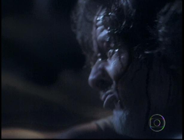 Carminha dá uma enxadada em Max e mata para proteger Nina e as outras pessoas que estavam no lixão no último capítulo de