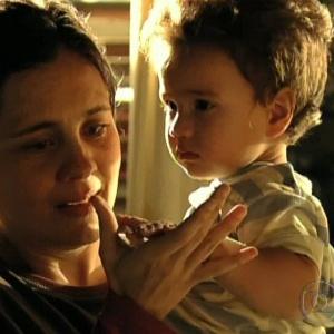 """Carminha pega o neto no colo, Jorge Tufão, e diz que ele é parecido com o filho em """"Avenida Brasil"""" (19/10/12)"""