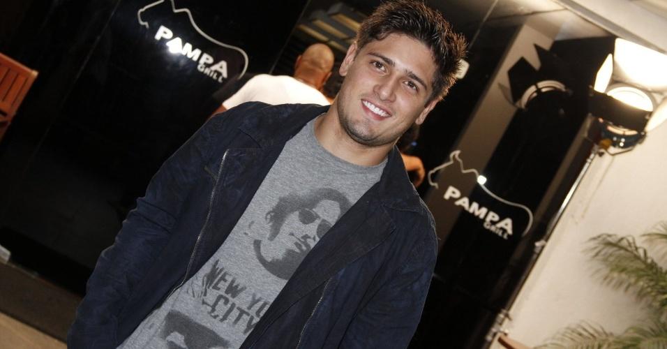 "Daniel Rocha, o Roni de ""Avenida Brasil"", se reúne com o elenco de ""Avenida Brasil"" para assistir ao último capítulo da novela (19/10/12)"