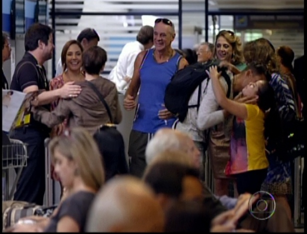 Depois do assassinato de Max ser esclarecido, Nina e Jorginho vão viajar e a família de Tufão acompanha o casal até o aeroporto em