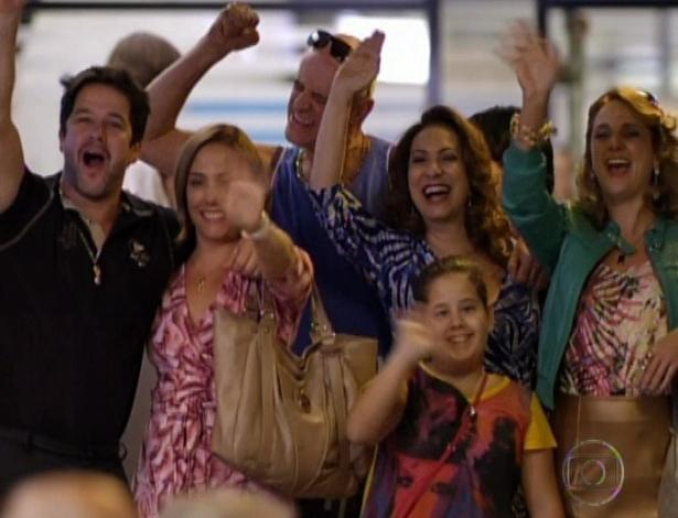 Família de Tufão se despede de Nina e Jorginho no aeroporto. O casal decidiu viajar depois que Carminha assumiu que matou no último capítulo de