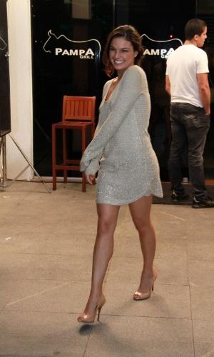 """Isis Valverde disse ao chegar que a periguete Suelen """"deixou a assinatura dela"""" no encontro com o elenco de """"Avenida Brasil"""" (19/10/12)"""