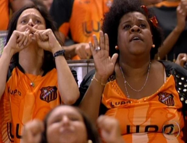 Janaína e Zezé ficam apreensivas na torcida do Divino antes de Adauto bater o pênalti que vale a vitória do clube (19/10/12)