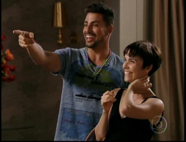 Jorginho e Nina contam que serão pais e a família de Tufão comemora, no último capítulo de