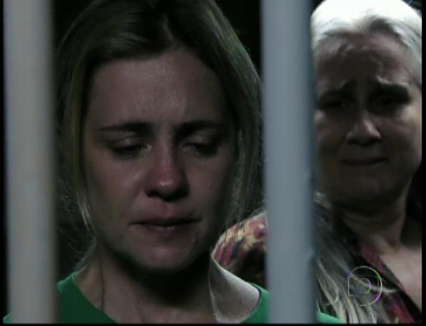 Lucinda visita Carminha na prisão e diz que sempre a amou. Carminha afirma que ela e Lucinda foram vítimas de Santiago. A vilã foi presa depois que confessar que matou Max em