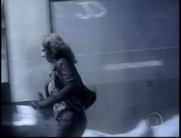 Na cena da morte de Max, Ivana dá uma coronhada no ex-marido e foge (19/10/12)