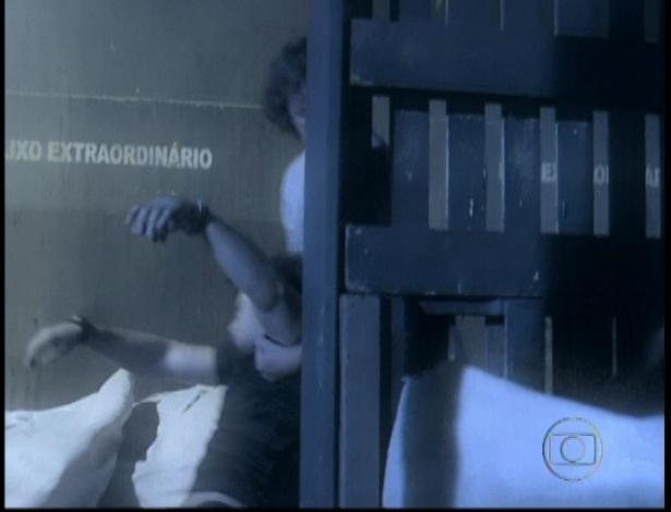 Na cena da morte de Max, o vilão bate em Lúcio e o arrasta pelo lixão no último capítulo de