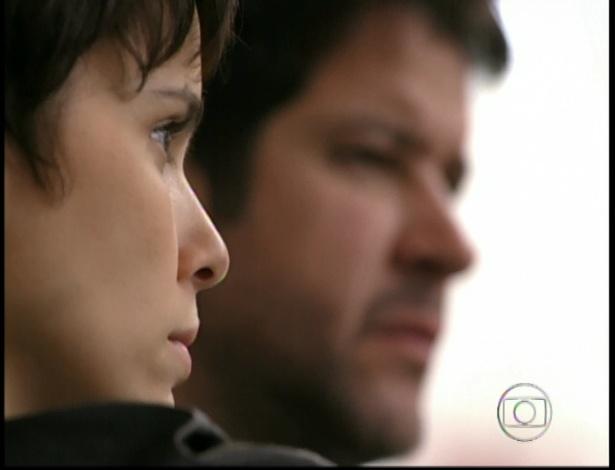 Nina e Tufão ficam olhando impressionados para Carminha em