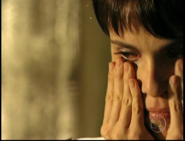 Nina se emociona ao fazer as pazes com Carminha no último capítulo de