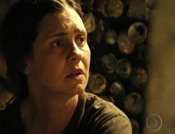 No lixão, Carminha fica espantada ao ver Nina e Jorginho com o filho (19/10/12)